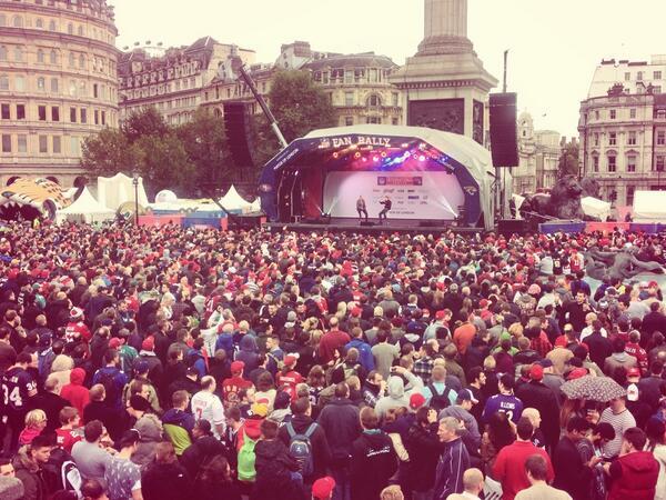 Neil-Reynolds-and-Joe-Montana-at-Trafalgar-Square-London-NFL-Fan-Rally